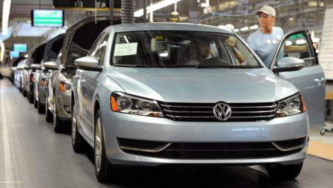 La compañía automovilística Volkswagen se vio afectada por el escándalo de falsear el volumen de emisiones contaminantes en algunos de sus vehículos. En la imagen, una cadena de montaje de esta compañía en Chattanooga (EE UU)