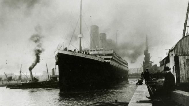 El buque inició a su viaje inaugural desde Southampton (Inglaterra) con destino a Nueva York (EE UU) el miércoles 10 de abril de 1912, con el capitán Edward John Smith al mando, quien previamente al viaje expresó que éste iba a ser su último mando antes de jubilarse, porque deseaba estar más tiempo con su esposa y su hija.