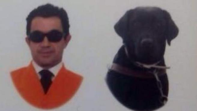 Imagen de la orla de los graduados en Trabajo Social donde aparece la perra lazarilla Idena.