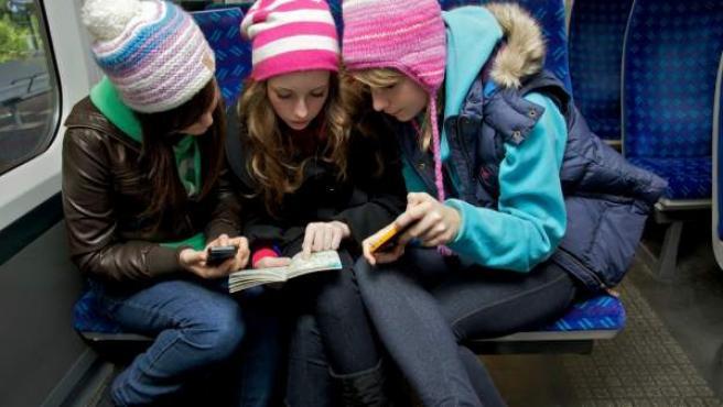 Unas niñas utilizan un 'smartphone' para navegar por Internet.