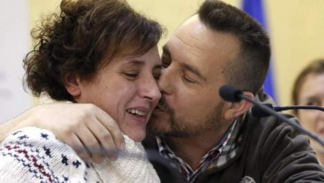 La auxiliar de enfermería Teresa Romero, acompañada de su marido Javier Limón, tras superar el virus del ébola.