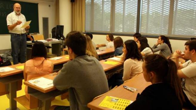 Alumnos de Secundaria atienden a las explicaciones de su profesor.
