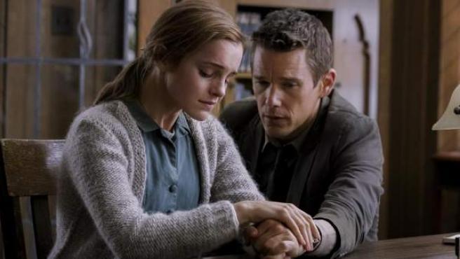 Emma Watson e Ethan Hawke, en una escena de 'Regresión', la nueva películas de Amenábar.