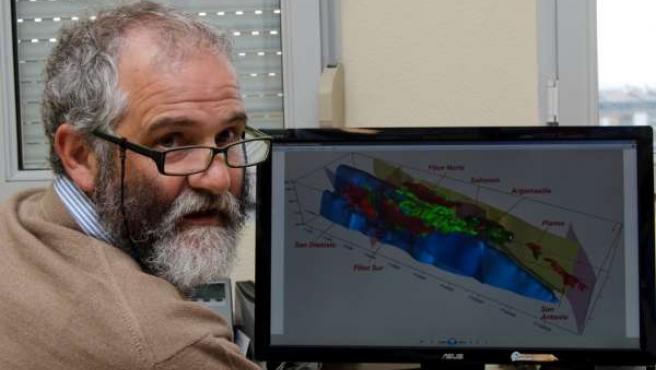 Agustín Martín-Izard ante gráfica de la mina de Riotinto
