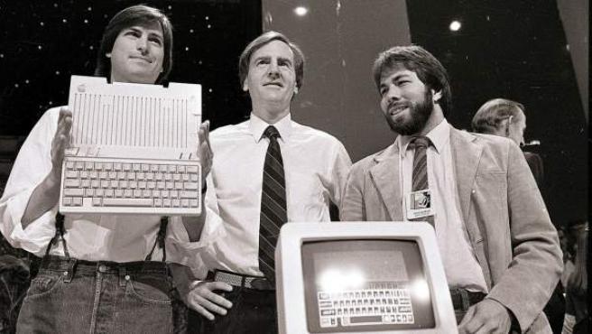 Steve Jobs, John Sulley y Steve Wozniak, en la presentación del Apple IIc en San Francisco, en 1984.