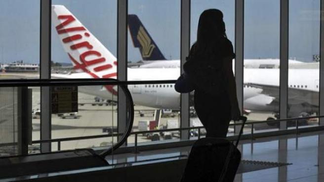 Una joven en el aeropuerto de Barajas.