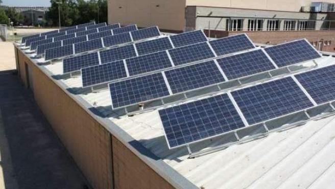 Paneles solares sobre el tejado de un edificio.