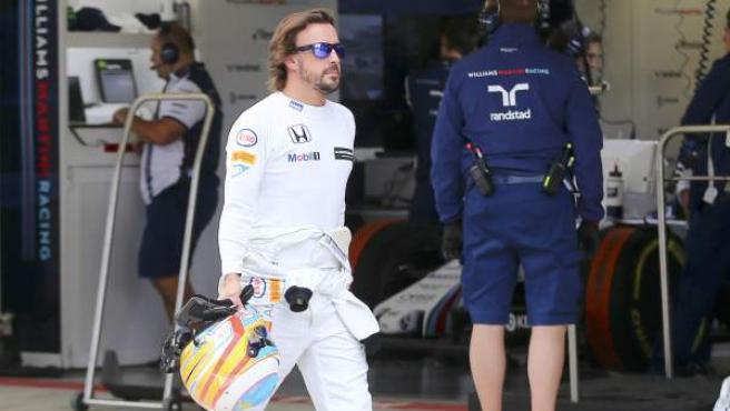El piloto de Fórmula 1 Fernando Alonso, paseando por el paddock del GP de Rusia en Sochi.