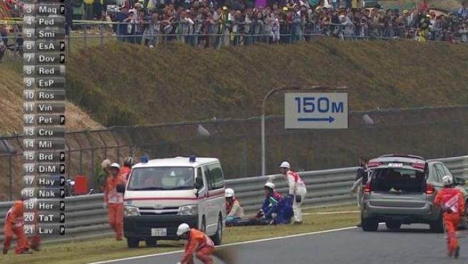 El piloto de San Marino Alex de Angelis, atendido tras su grave caída en la calificación del GP de Japón.