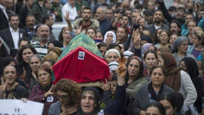 Varias mujeres transportan el ataúd de una de las víctimas en el atentado de Ankara.