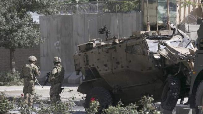 Soldados de la OTAN inspeccionan el escenario de un ataque suicida con bomba en Kabul, Afganistán,el 11 de octubre de 2015.