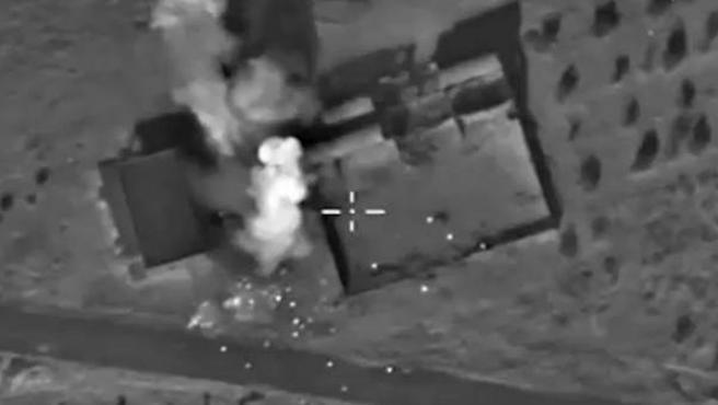 Imagen tomada de un vídeo del Ministerio ruso de Defensa que muestra una vista aérea de explosiones de bombas en una posición fortificada, que según Rusia era un depósito de municiones de EI.