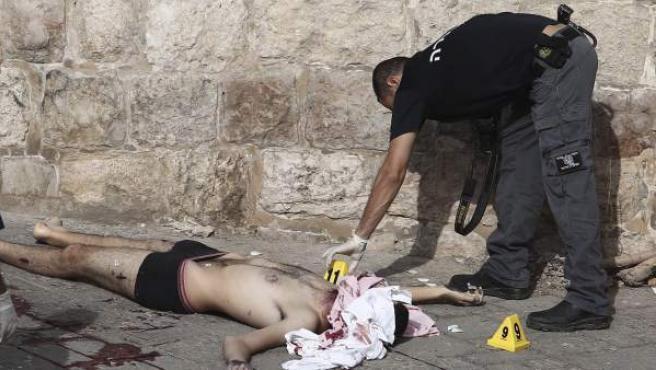 El atacante palestino, abatido en el suelo