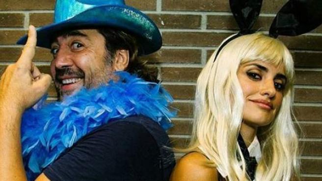 Los actores Javier Bardem y Penélope Cruz se suben disfrazados al escenario en el concierto de U2 en Barcelona.
