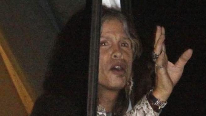 Steven Tyler, líder de Aerosmith, saluda a los fans desde la ventana de su hotel en Asunción.