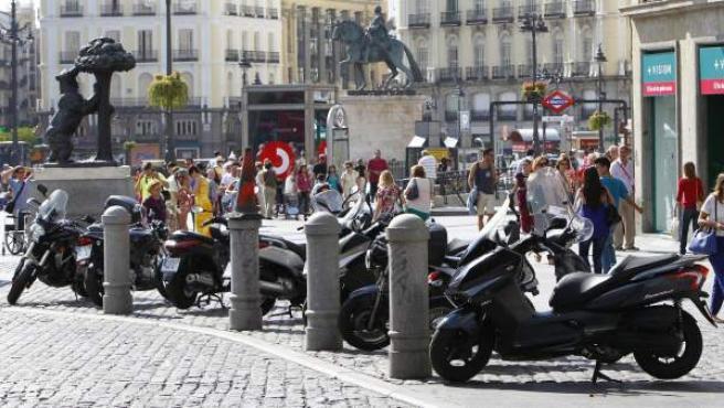 Motos aparcadas en un área peatona en plena Puerta del Sol de Madrid.