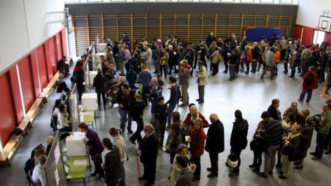 Colas en un instituto para votar en la consulta participativa del 9-N en Cataluña.