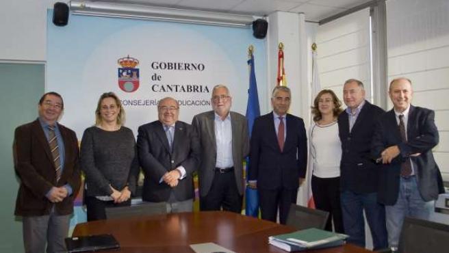 El consejero de Educación con el rector de la UC y su equipo