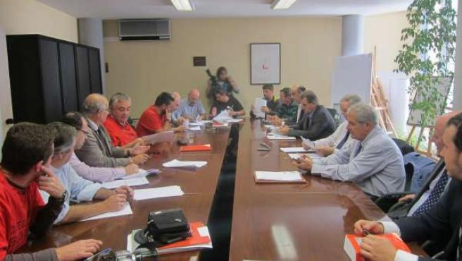 Firma del acuerdo laboral de Sniace en octubre de 2014 (Archivo)