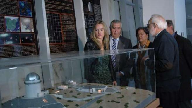 Moles, Alegría y Antonio Arrufat ante la maqueta del proyecto Galáctica