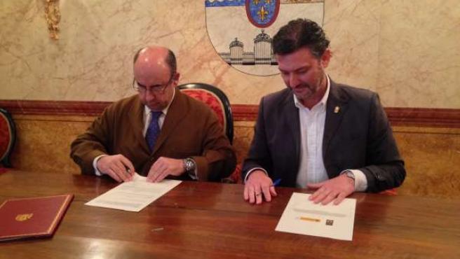 Rada (i) y Vázquez firman el convenio