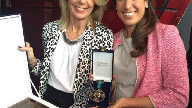 La delegada de Cetursa y Ruiz posan con sendas medallas.