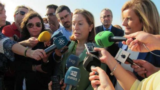 La ministra de Fomento, Ana Pastor, junto a Báñez, en Huelva.