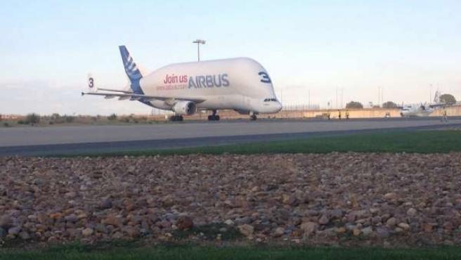 Llegada de alas del A400 que Airbus entregará a España en 2016.
