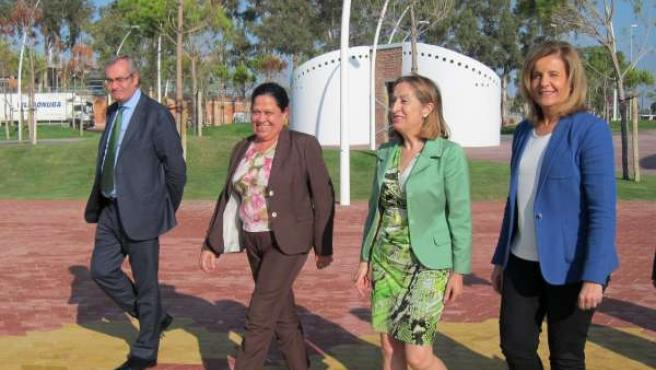Ana Pastor y Fátima Báñez visitan las obras del Paseo de la Ría.