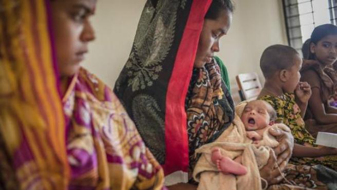 Rong Mala, de Bangladés, esperando en el centro médico de Save The Children con su bebé de seis días de edad.