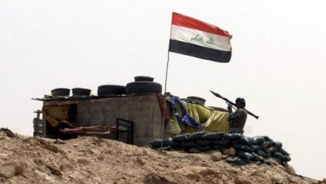 Un soldado iraquí sostiene un lanzagranadas RPG durante una operación militar.