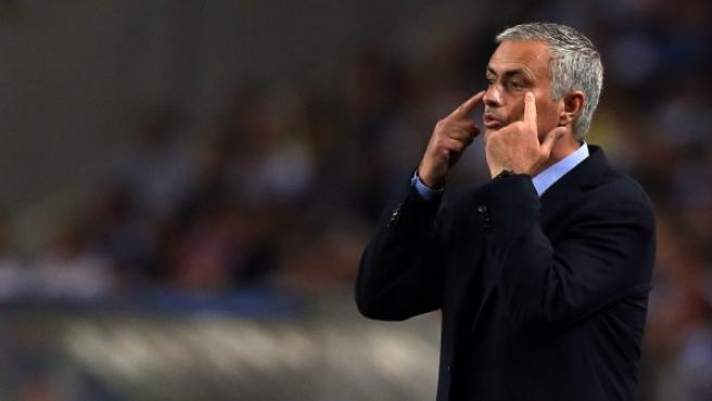El director técnico del Chelsea, Jose Mourinho, da instrucciones a sus jugadores.