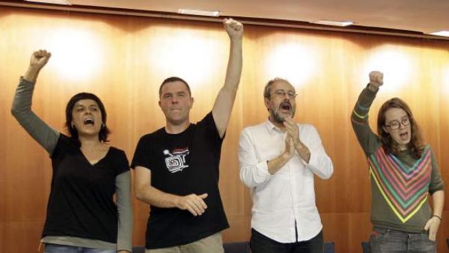El cabeza de lista y diputado electo Antonio Baños(2d) junto a los diputados Anna Gabriel (i) Josep Manel Busqueta (2i),y Eulalia Reguant (d) al finalizar la conferencia que ha organizado la CUP.