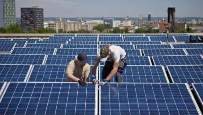 Instalación de paneles solares en la azotea de un edificio.