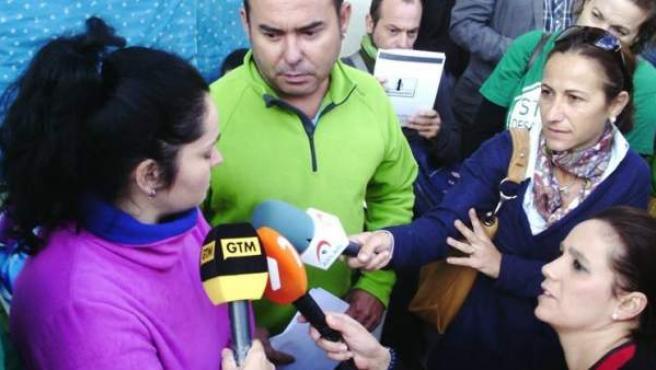 Loli y Antonio, la hija y el yerno de Francisco García, atienden a los medios de comunicación mientras esperan la llegada de la comisión judicial que finalmente no compareció para ejecutar por sexta vez el desahucio.