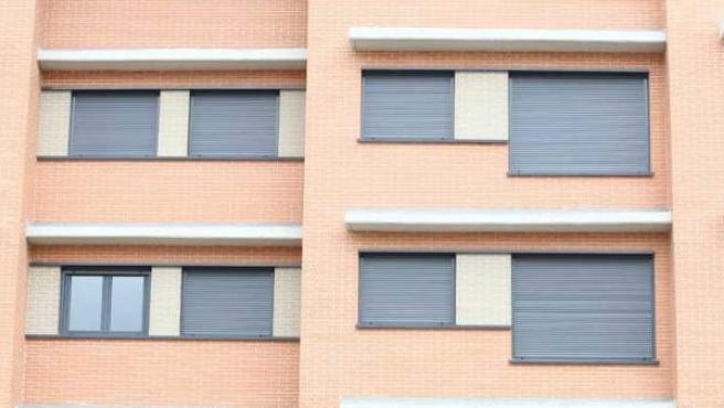Ventanas con las persianas echadas en un edificio de nueva construcción.
