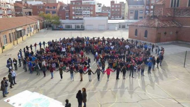 Alumnos de Nuestra Señora del Carmen, durante el acto simbólico.