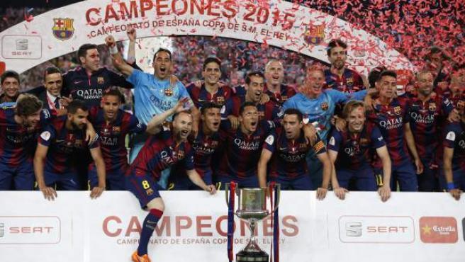 Los jugadores del FC Barcelona celebran su triunfo en la final de la Copa del Rey.