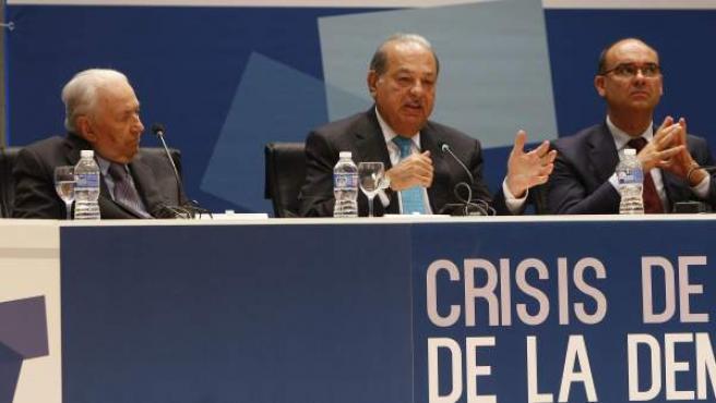 El empresario Carlos Slim (d) entre Belisario Betancur (i) y el Rector Manuel Palomar (d) en la XXI reunión de Círculo de Montevideo.