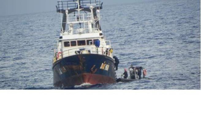 Tripulantes del 'Centinela' prestan auxilio a un marinero español