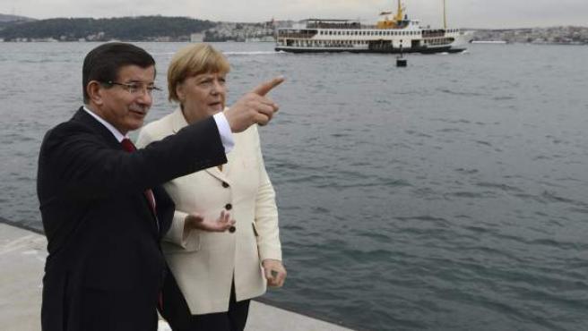 La canciller alemana, Angela Merkel, con el primer ministro turco, Ahmed Davutoglu, en Estambul (Turquía).