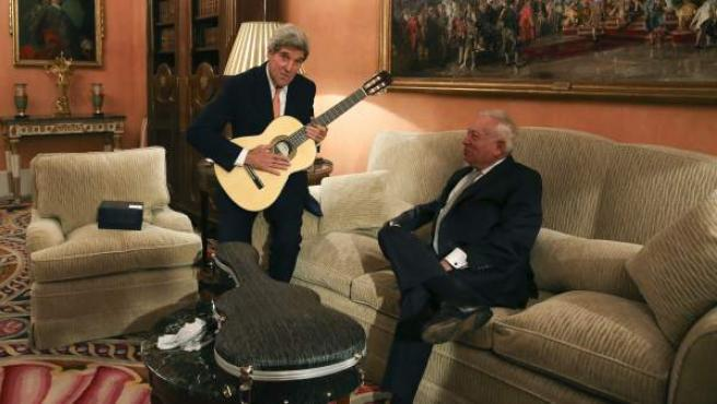 El secretario de Estado de EE UU, John Kerry, con la guitarra española que le regaló el ministro español de Asuntos Exteriores, José Manuel García-Margallo, durante la reunión que mantuvieron en el Palacio de Viana.