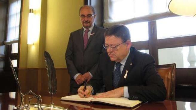 Ximo Puig firmando en el libro de honor del Gobierno de Aragón