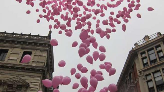 Suelta de globos rosas en Bilbao