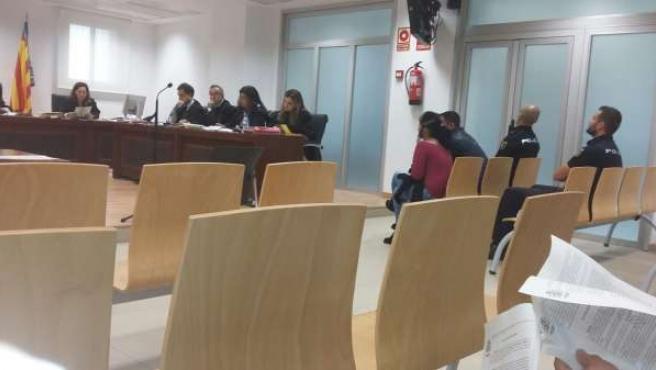 El acusado sentado en el banquillo en el inicio del juicio