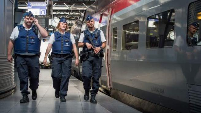 Varios agentes patrullan la vía donde se sitúa un tren Thalys.