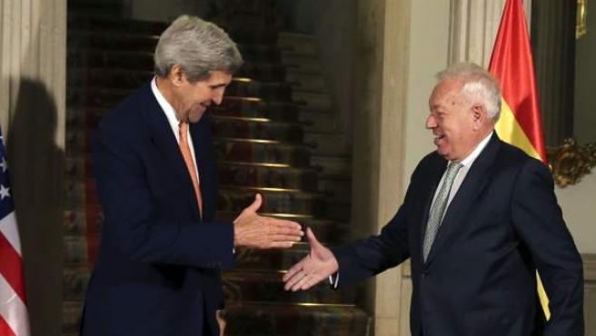 El ministro español de Asuntos Exteriores, José Manuel García Margallo (d.) y el secretario de Estado de EEUU, John Kerry (iz.), en el Palacio de Santa Cruz.