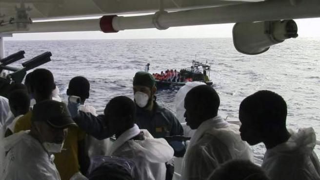 """Fotografía facilitada por la Guardia Civil del traslado a Puglia (sur de Italia), a bordo de la nave española """"Río Segura"""", de 633 personas rescatadas junto a 8 cadáveres recuperados en las últimas horas cuando trataban de llegar a las costas europeas."""