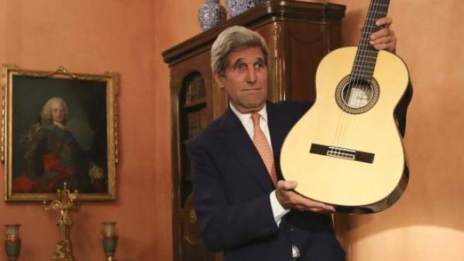 El secreterio de Estado de Estados Unidos muestra la guitarra artesanal española regalada por el ministro García Margallo durante su visita a España.