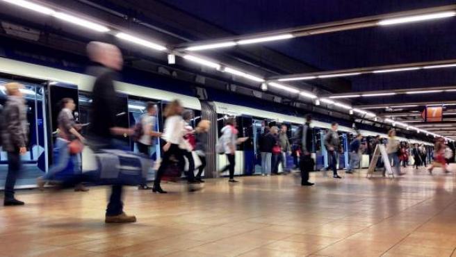 Usuarios del metro de Madrid en uno de los andenes.